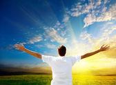 Coucher de soleil et heureux homme — Photo