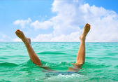 Man jumping in ocean — Stock Photo