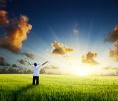 молодой человек счастливый отдых на пшеничном поле — Стоковое фото