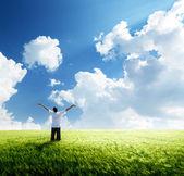 Mutlu genç adam geri kalan buğday alanı — Stok fotoğraf