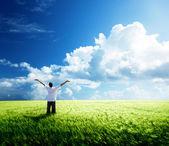 šťastný mladý muž odpočinku na pšeničné pole — Stock fotografie