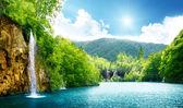 Wasserfall im tiefen wald — Stockfoto