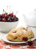 Cherry pie and cherries in a bowl — Stock Photo