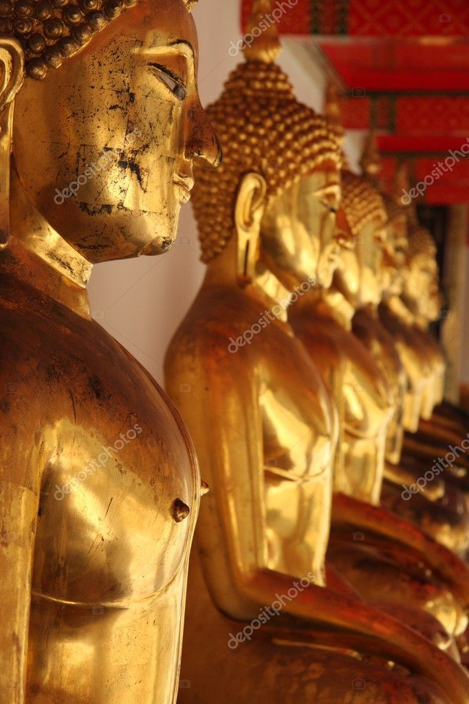 Statues alignées de Bouddha d'or — Stock Photo #4994327