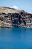 Zeilboot verankerd in de buurt van cliff — Stockfoto