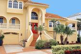 Trzy piętrowy dom w tropikach — Zdjęcie stockowe