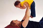 Madre espera bebé en el aire — Foto de Stock