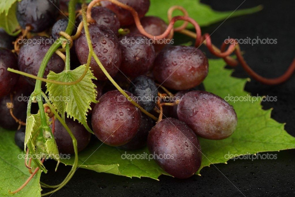Grapes on green sheet — Stock Photo #5316010