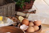 A massa desenrolada, componentes para um lote em uma mesa de cozinha — Fotografia Stock