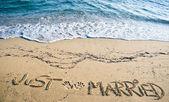刚结婚书面在沙子里 — 图库照片