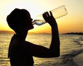 女人喝水 — 图库照片
