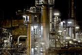 фабрика в ночное время — Стоковое фото