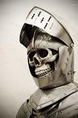 Szkielet w zbroi rycerzy — Zdjęcie stockowe