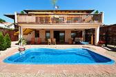 Casa e piscina — Foto Stock