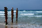 Oude roestige pier stapels op zee — Stockfoto