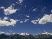 Fluffy clouds over the mountains — Stock Photo