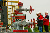 Three industry worker face oil pump — Stock fotografie
