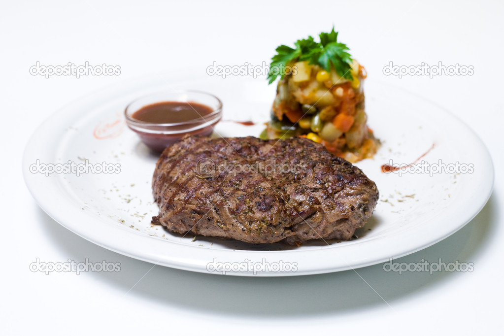 Beefsteak with salad and sauce — Stock Photo #4655096
