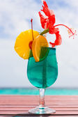 Cocktail on a beach table — Stock Photo