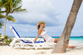 Lady relaxing in the chaise lounge on a exotic resort — Stock Photo