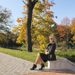 Young woman in city park — Stockfoto