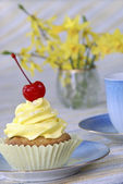 Cupcake and coffee in a spring setting — Stock Photo