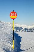 índice de la ruta roja de la muestra en montañas — Foto de Stock