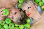 Two girls and green apples — Stock Photo