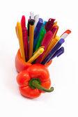 Poivron rouge et boule de stylos à bille — Photo