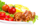 Slices of a ham of red and yellow paprika on leaves of green salad — Stock Photo