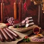 una composizione di diversi tipi di salsicce — Foto Stock