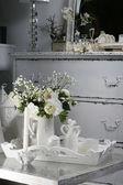 Composición de flores en interior retro. — Foto de Stock