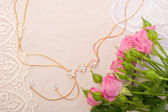 Chain and roses on lace background — Zdjęcie stockowe