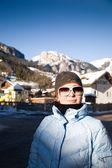 Mujer en la localidad de los alpes — Foto de Stock