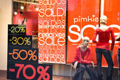 Vetrina con banner in vendita — Foto Stock