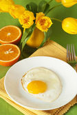 Scrambled eggs and oranges for breakfast — Stockfoto