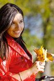 Jonge vrouw in herfst park — Stockfoto