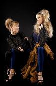 两个漂亮的姐妹在花边服装 — 图库照片