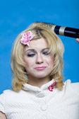 Drôle blonde avec sèche-cheveux — Photo