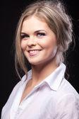 Krása módní portrét mladé ženy v košili — Stock fotografie