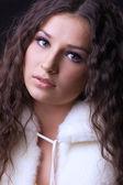 Genç güzel kız yakın çekim portre kürk ceket — Stok fotoğraf
