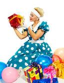 Jonge vrouw met kleurrijke geschenken — Stockfoto