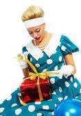 Mladá žena s barevnými dárek — Stock fotografie