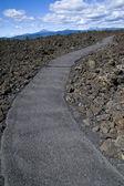 Geçit lav kayaların arasındangeçip gidiyor — Stok fotoğraf