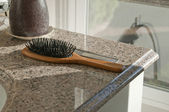 Hairbrush sitting on counter top — Stockfoto