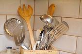Cucina utensili in cassetta di legno — Foto Stock