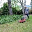 Man mowing lawn — Stockfoto