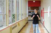 Koridorda yürürken öğrenci — Stok fotoğraf