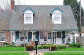 Casa di famiglia nel quartiere — Foto Stock