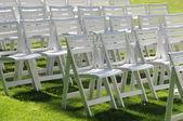 院子里的草地上的空椅子 — 图库照片